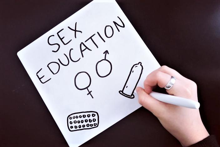 Valokuva, jossa paperilla teksti Sex Education .