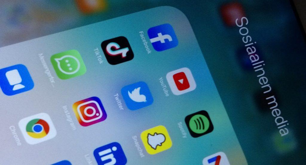 Valokuvassa sosiaalisen median kuvakkeita puhelimen näytöllä.
