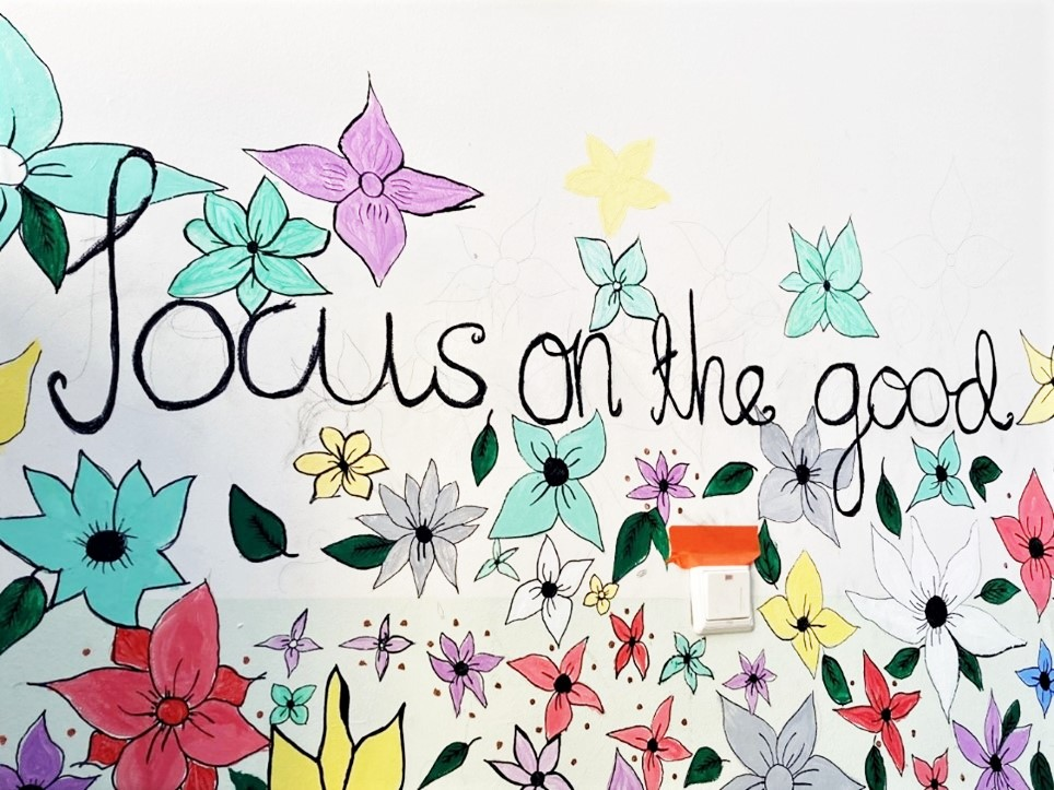 Kuvassa piirros, jossa kukkia ja teksti Focus on the good.