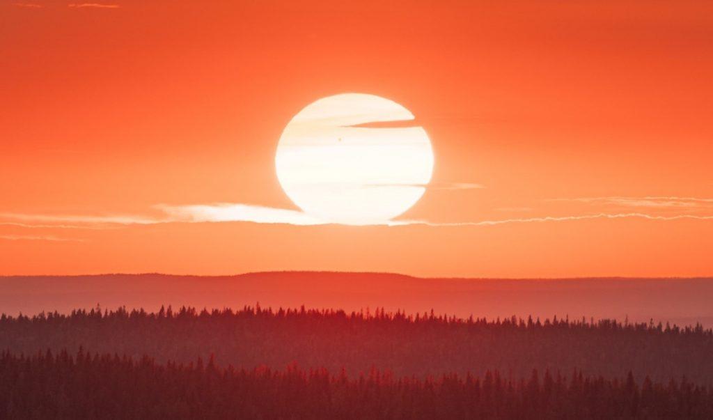 Valokuva auringon noususta.