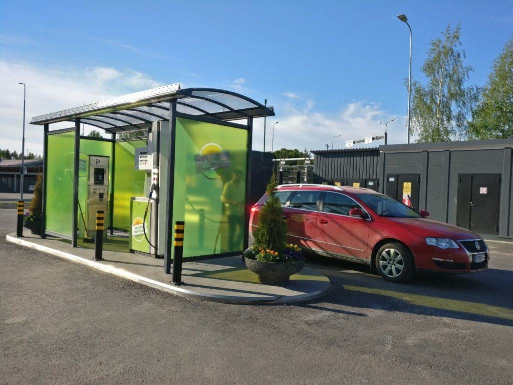 Valokuva, jossa auto on tankkaamassa biokaasua.