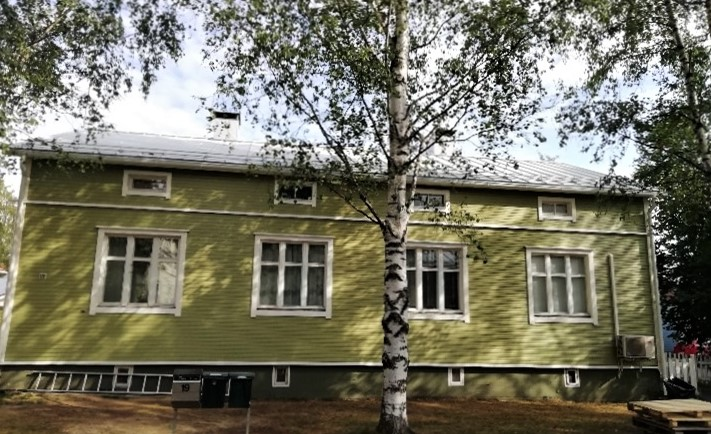 Valokuva vanhasta talosta.