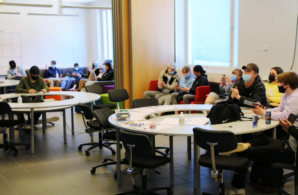 Valokuva, jossa opiskelijoita luokkatilassa.
