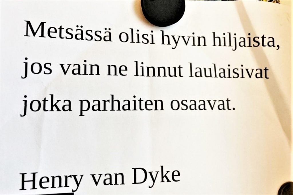 """Valokuva seinällä olevasta mietelauseesta: """"Metsässä olisi hyvin hiljaista, jos vain ne linnut laulaisivat, jotka parhaiten osaavat."""" Henry van Dyke."""