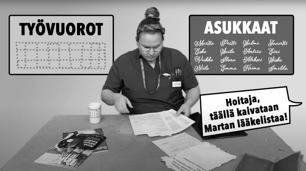 Valokuva, jossa hoitaja istuu pöydän ääressä lukemassa papereita. Ulkopuolelta tulevassa puhekuplassa on teksti: Hoitaja, täällä kaivataan Martan lääkelistaa.